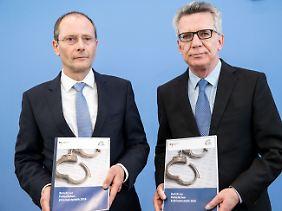 Sachsens Innenminister Markus Ulbig und sein Kollege auf Bundesebene, Thomas de Maizière, stellten die neue Statistik in Berlin vor.