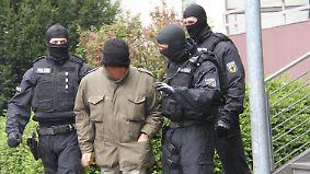 Flüchtlinge für Asylanhörung trainiert: Polizei zerschlägt Schleuserbande in Hannover