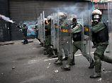 Die Staatsmacht geht mit erbitterter Härte gegen Demonstranten vor.