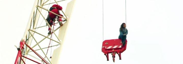 Erregung öffentlichen Ärgernisses: Junge Frau sitzt in luftiger Höhe fest