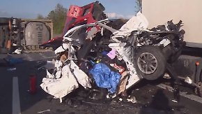 Lkw-Fahrer übersieht Stauende: Mutter und Sohn sterben bei Unfall auf A2