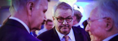 Eberhard Brett (m.) musste nach dem Angriff im Krankenhaus behandelt werden.