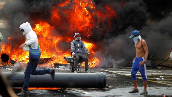 Seelenruhe im Angesicht der Katastrophe: Eine brennende Straßenbarrikade in Caracas am vergangenen Donnerstag.