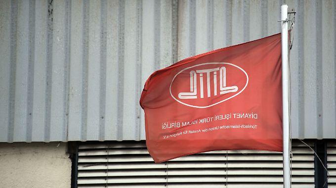 Eine Flagge des Ditib weht in Stuttgart.