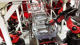 Das Chassis eines Tesla Model S in der Produktion.
