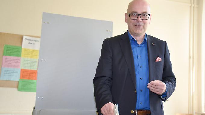 Albig bei seiner Stimmabgabe in Kiel.