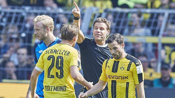 Nicht sein Tag: Schiedsrichter Felix Brych in Dortmund.