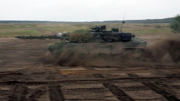"""Rückgrat der deutschen Landstreitkräfte: Die Bundeswehr bekommt zusätzliche Hauptkampfpanzer vom Typ """"Leopard II""""."""