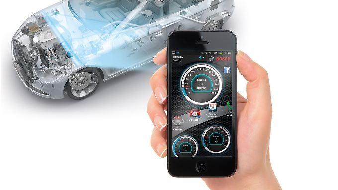 Über das Smartphone werden die Daten, die die OBD-Schnittstelle liefert, ausgelesen.
