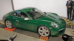 In irisch-grün rollt der millionste Porsche 911 vom Band.