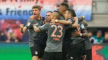 """""""Es war aufreizend. Das muss man schon sagen. Vielleicht hätten sie das lieber sein lassen sollen"""": Thomas Müller feiert mit seinen Kollegen den Sieg in Leipzig."""