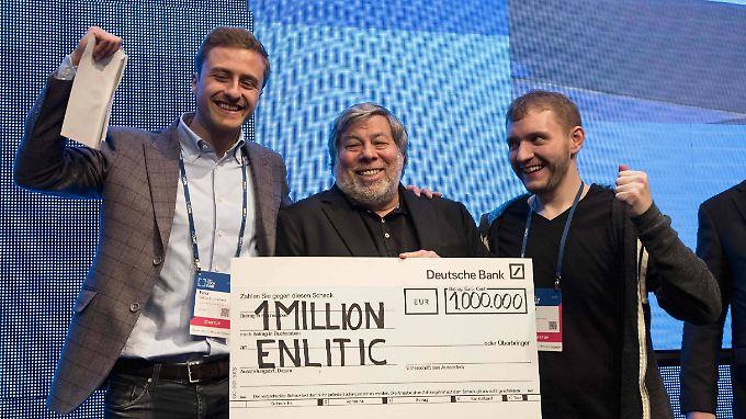 """In Berlin überreichte """"Woz"""" Enlitic einen Scheck über eine Million Euro."""