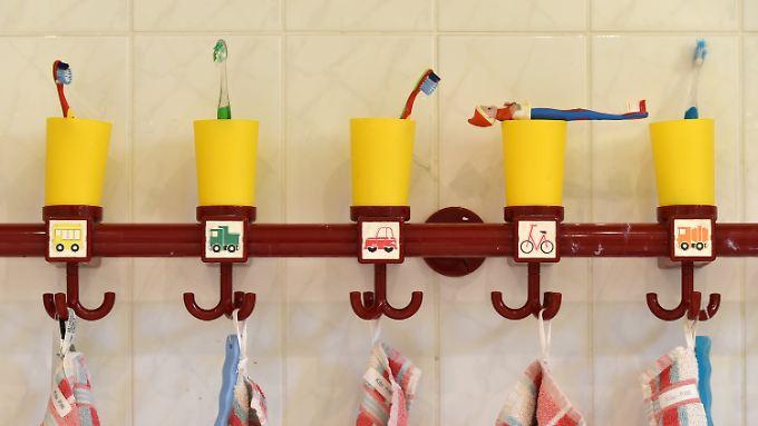Zahnputzbecher und Handtücher in einer Kita in Potsdam.