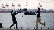 """Bei """"Rock Hand Battle"""" versuchen die Spieler, sich gegenseitig mit überdimensionalen Armen Steine abzuschlagen."""