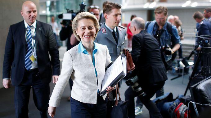 Ursula von der Leyen auf dem Weg in die Sitzung des Verteidigungsausschusses