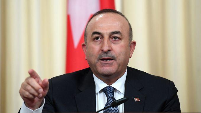 Für den türkischen Außenminister ist klar: Die Schuld am Türkei-Konflikt liegt bei den deutschen Politikern.