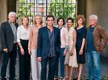 Thomas Jacobi (Martin Feifel, Mitte): Gruppenfoto mit allen (???) seinen Frauen und den Ermittlern.