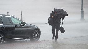 Weiterhin Unwettergefahr: Platzregen lässt Straßen und Keller absaufen