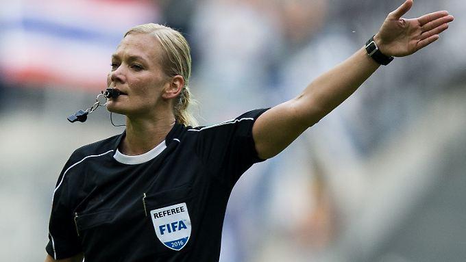 Seit fast zehn Jahren pfeift Bibiana Steinhaus bereits Zweitliga-Spiele bei den Männern.