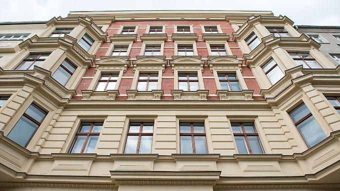 Viele Sparer versuchen ihr Geld wegen des schwachen Euro in Sicherheit zu bringen und stecken es in Immobilien.