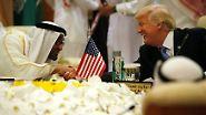 """Trumps Äußerungen sorgten nur zwei Tage nach der Präsidentschaftswahl im Iran für Ärger. Der iranische Außenminister Mohammed Dschawad Sarif sagte angesichts des milliardenschweren Rüstungsdeals: Man frage sich, ob das Außenpolitik sei oder es nur darum gehe, das Königreich """"zu melken""""."""