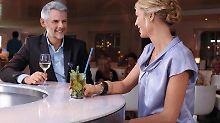 Ein Mann und eine Frau an der Bar