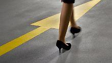 Eine Frau folgt einem Pfeil