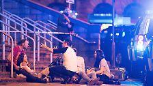 Mehrere Zeugen sprechen von einer heftigen Explosion kurz vor Mitternacht im Eingangsbereicht der Arena.