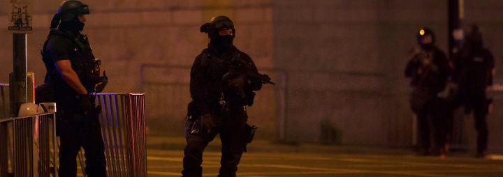 """Noch in der Nacht erklärt die Polizei, dass sie von einem """"terroristischen Akt"""" ausgeht."""