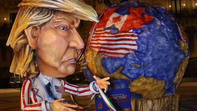 In Acrireale, einer Nachbarstadt des Tagungsortes Taormina, waren die Karnevalisten schon fleißig. Sie fertigten große Pappmachée-Figuren der Staatsgäste an - darunter natürlich auch der Vertreter aus den USA.