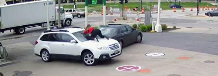 Versuchter Diebstahl an Tankstelle: Autobesitzerin wirft sich vor Windschutzscheibe