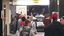 Mindestens sechs Verletzte: Auto fährt in Berliner U-Bahn-Station