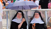 Auch diese beiden Nonnen feierten mit - bei sommerlichen Temperaturen.
