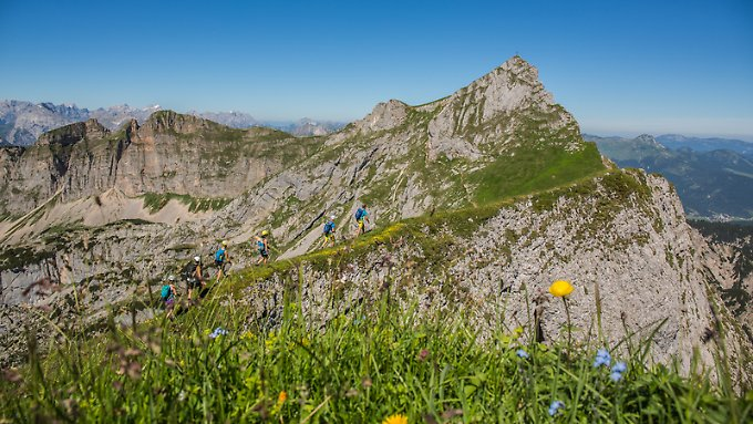 Der Achensee mit seinem umliegenden Bergen ist ein gutes Ziel für Wanderer. Wer mehr sucht, kann sich im Gleitschirmfliegen versuchen.