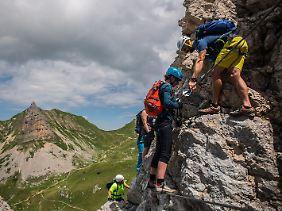 """Erst klettern, dann fliegen: Das """"Hike & Fly"""" am Achensee ist ein Angebot für Aktivurlauber - im wahrsten Sinne des Wortes."""