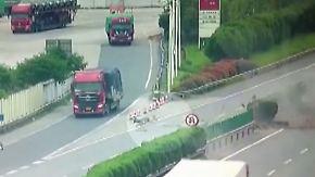 Horror-Crash in China: Mann wird quer über die Autobahn geschleudert