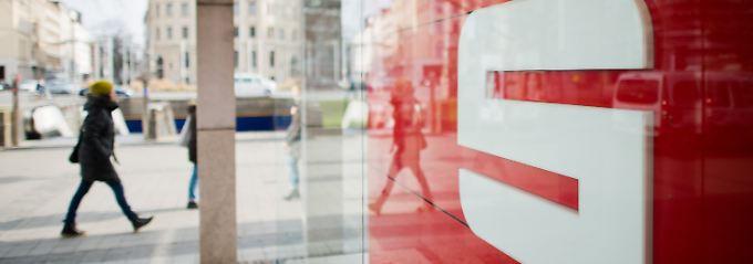 Bei der Kündigung von den über 99 Jahre abgeschlossene Prämiensparverträgen beruft sich die Sparkasse auf eine mit dem Kunden angeblich vereinbarte dreimonatige Kündigungsfrist.