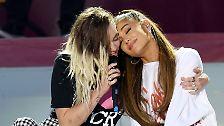 ... der anderen (Ariana Grande) mit auf der Bühne blicken und sorgte für gesangliche Unterstützung.