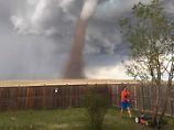 Es musste erledigt werden: Kanadier mäht vor nahendem Tornado Rasen