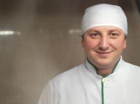 """Schota Dwalischwili, Chefkoch der georgischen Restaurantkette """"Maspindzelo"""", lässt uns in seine Töpfe gucken."""