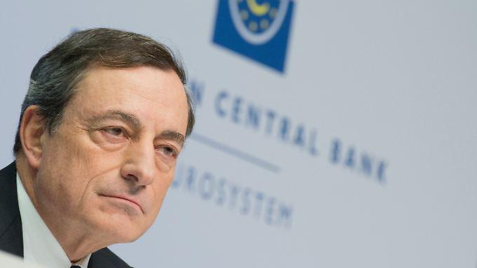 Wie lange macht EZB-Chef Draghi noch mit der lockeren Geldpolitik weiter? Langsam wäre es Zeit für einen Kurswechsel, sagen Experten.