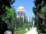 In Haifa flanieren Touristen durch die gepflegten Gärten des Bahaischreins.