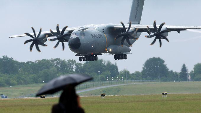 Die A400M-Transportmaschine der Bundeswehr während eines Landeanflugs.
