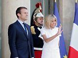 Emmanuel Macron (hier mit Ehefrau Brigitte) hofft auf eine Mehrheit in der Nationalversammlung.