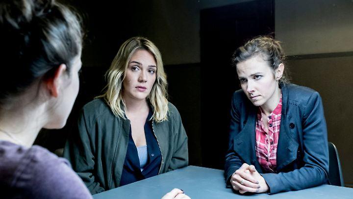 Emilia (links, Caroline Hartig) wird von  den Ermittlerinnen Heni Sieland (Mitte, Alwara Höfels) und Karin Gorniak (Karin Hanczewski) befragt.