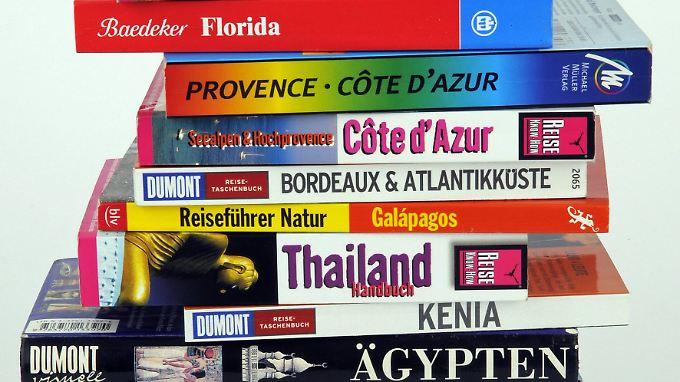 Gedruckte Reiseführer gehören für viele Touristen immer noch ins Gepäck.