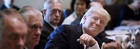 """Vermutlich """"total und vollständig mit sich selbst zufrieden"""": Donald Trump in der Sitzung seines Kabinetts."""