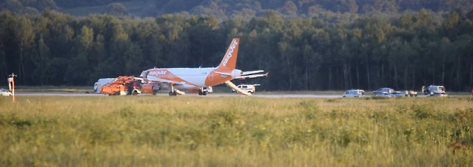Flugzeug von Easyjet am 10. Juni auf einer Rollbahn des Flughafen Köln/Bonn mit einer herausgelassenen Notrutsche. Wegen einer verdächtigen Situation an Bord hatte sich der Pilot zu einer unplanmäßigen Landung entschlossen.