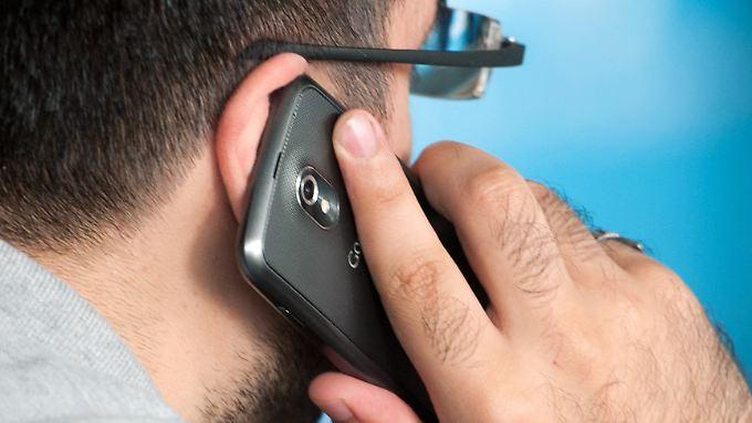 Insbesondere das intensive Telefonieren ohne Headset könnte langfristig gefährlich werden, warnt das Bundesamt für Strahlenschutz.