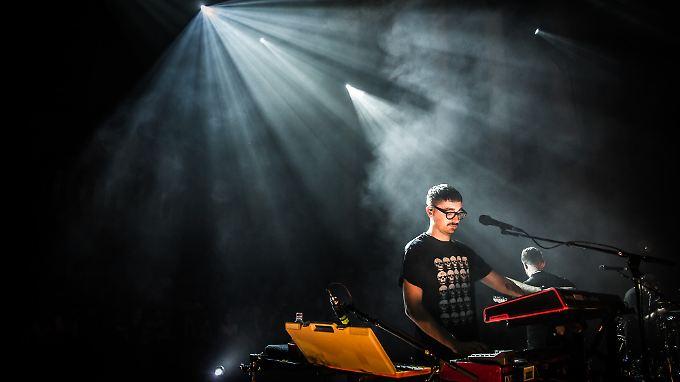 Licht, Nebel und Musik: Beim Konzert im Berliner Funkhaus konzentrieren sich Alt-J auf die Musik.